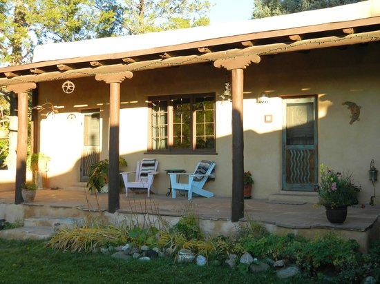 Old Taos Guesthouse B&B: Patio in front of the Taos Suite.