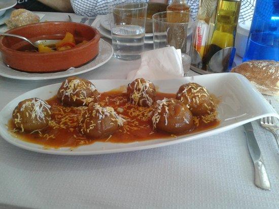 Parrilla La Roca: Cebollas rellenas de carne y fabada al fondo en La Roca.