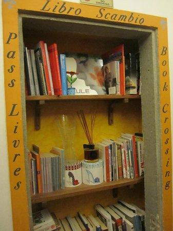 Locanda dei Poeti : Book share shelves