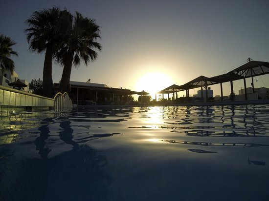 Hara Ilios Hotel : Couché de soleil sur la piscine