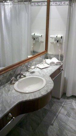 Windsor Hotel and Tower: Perfectamente limpio, amplio y completo
