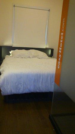 easyHotel Amsterdam City Centre South: Habitación y baño