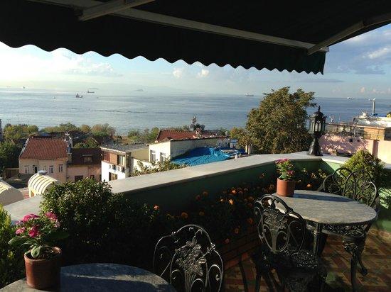 Dersaadet Hotel Istanbul: Lovely breakfast terrace