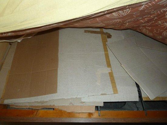 Hotel Sonnhof: Pappe unter der Matratze