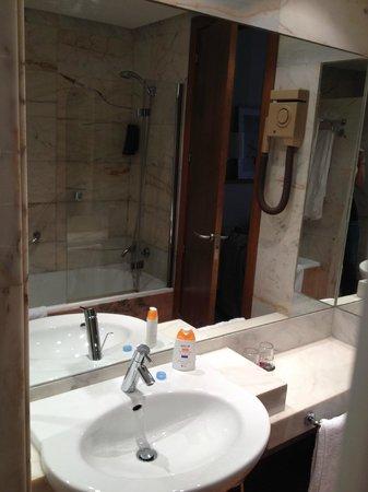 H10 Tribeca: Cómodo baño, secador un poco viejo