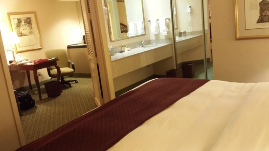 DoubleTree Suites by Hilton Hotel Nashville Airport: View from Bed room to living room