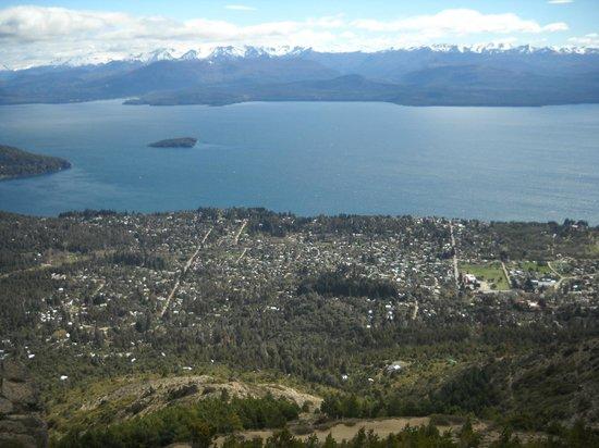 Apart Hotel Bungalows El Viejo Cipres: Vista de la ciudad deBariloche desde Cerro Otto.