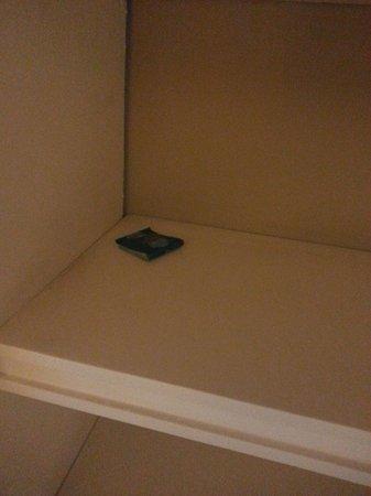 Sercotel Apartamentos Eurobuilding 2: Preservativos del cliente anterior en las estanterías del salón.