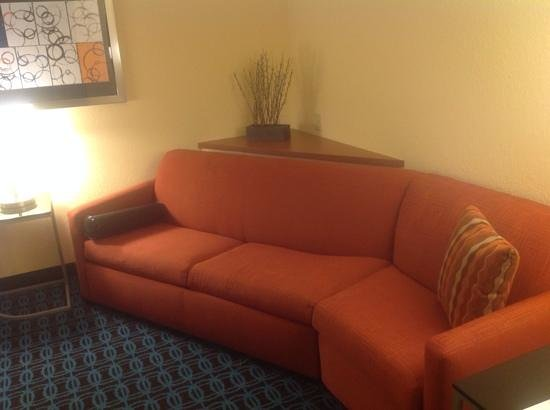 Fairfield Inn & Suites Jacksonville Airport : Couch in sitting area