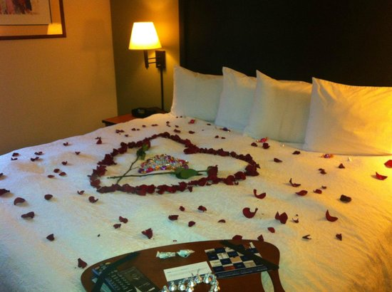 Hampton Inn and Suites Seattle North Lynnwood: Bed was covered with rose, chocolates and also a beautiful heart made with roses