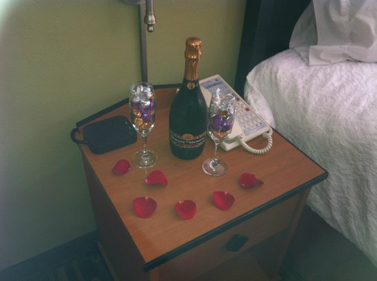 Hampton Inn and Suites Seattle North Lynnwood: Nice Botttle of Champaign with chocolate filled champaign glasses