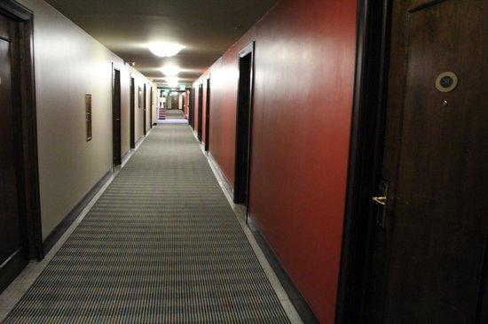Magnolia Hotel Omaha: hallway