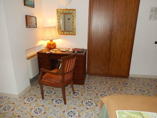 Giordano Hotel Ravello: Desk and nice roomy storage in our room