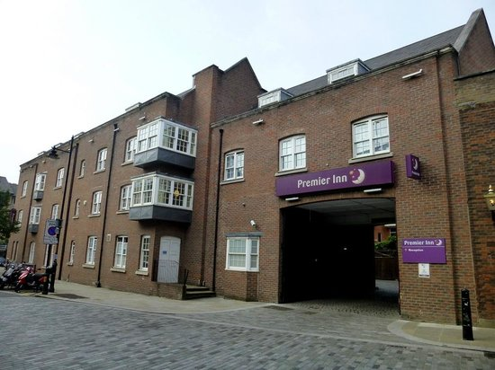 Premier Inn London Southwark (Bankside) Hotel: Entrance to courtyard