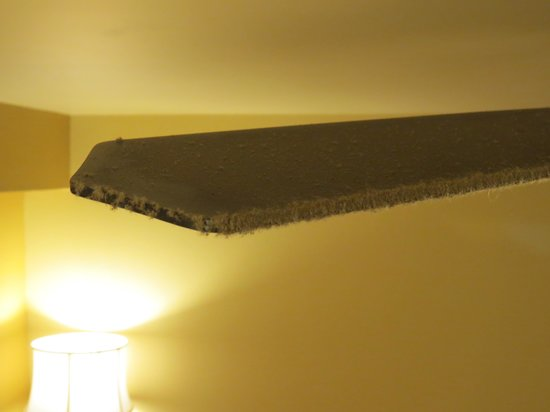 Country Inn & Suites By Carlson, Chattanooga at Hamilton Place Mall : Ceiling Fans Coated With Dirt Debris Skin Lint Etc
