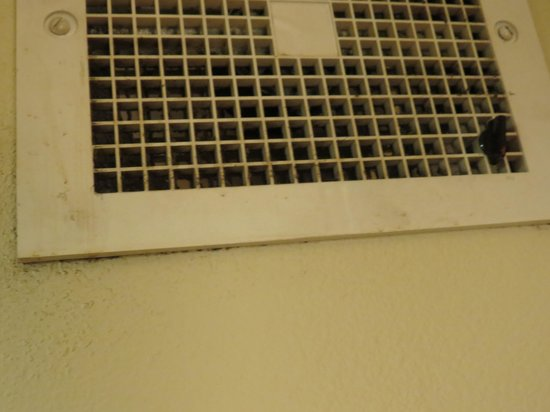 La Quinta Inn & Suites Chattanooga: Vent In My Sisters Room, Also Filthy