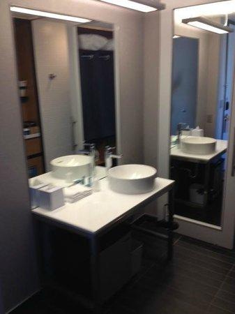 Aloft Vaughan Mills : Bathroom