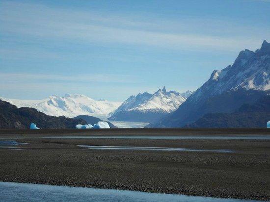 Lago Grey Hosteria and Navegacion: Vista do hotel ao fundo Glaciar Grey