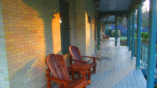 Walking Iron Bed and Breakfast: Porch at Sunrise
