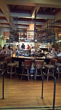 Tommy Bahama's Restaurant & Bar: Bar looking good