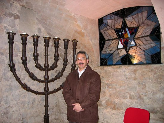 Jewish Barcelona Urban Cultours : Gary in the synagogue in Barcelona