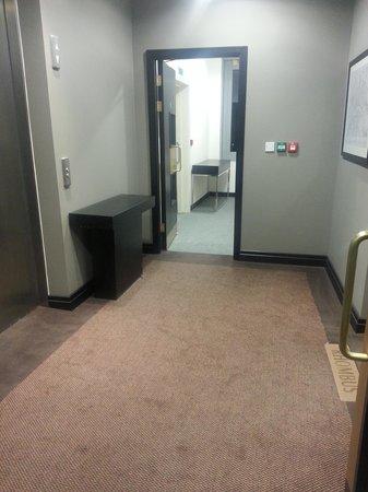 Crowne Plaza London - Battersea : grotty grubby lift lobby on Rhombus Suite floor