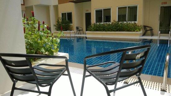Andatel Grande Patong Phuket Hotel : สระว่ายน้ำหน้า/หลังห้อง