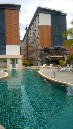 Andatel Grande Patong Phuket Hotel : สระว่ายน้ำระหว่างห้องพักกับห้องอาหาร