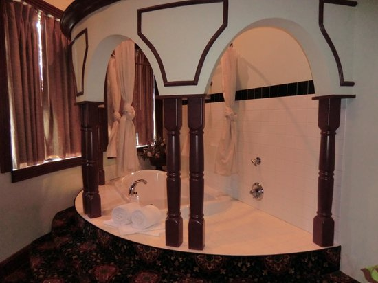 Chateau Avalon Hotel & Spa: #206 Presidential Suite