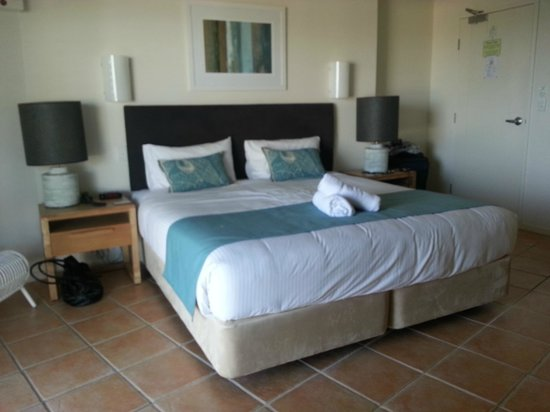The Cove Beachfront Apartments: The king size bed, very comfy