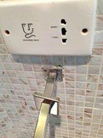 Naumi Liora: Poor towel hanger design