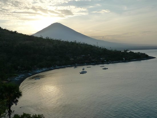 Geria Giri Shanti Bungalows: Amed beach with Mt Agung