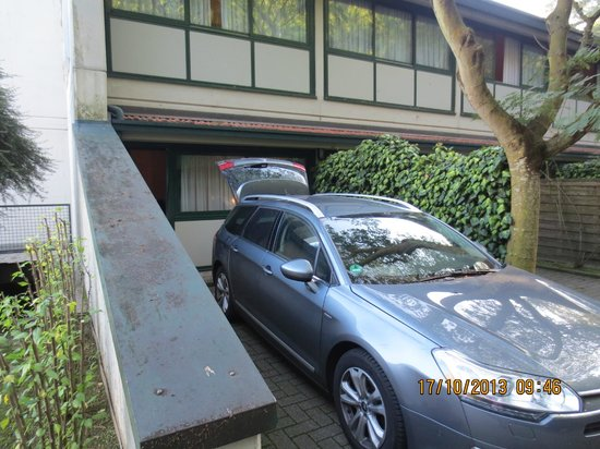 Green Hotel: Parking in front of the room (here 108)