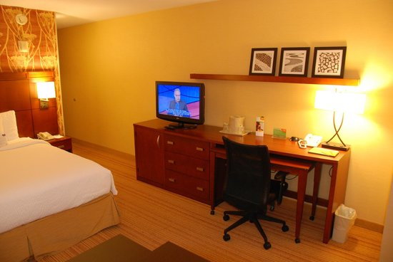 Courtyard by Marriott Oakland Downtown: Courtyard Oakland Downtown:room with desk/TV