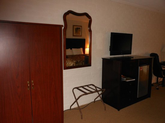 Rodeway Inn & Suites: tv and storage