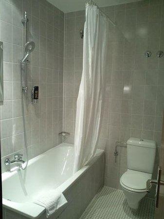 Hotel Attache an der Messe: バスルーム