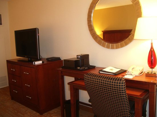 Columbia Marriott: Room 1016 - TV and Desk
