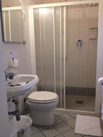 Hotel Colomba : Bidet is inside shower enclosure