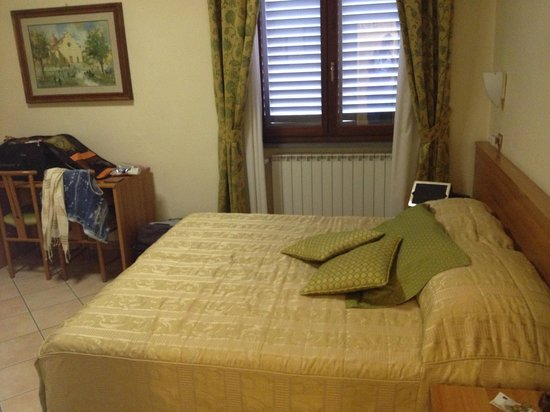 Hotel Colomba : large bed in very spacious room