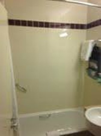 Jurys Inn London Watford: Bath/Shower combo