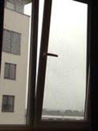 Jurys Inn London Watford: window maximum opening angle