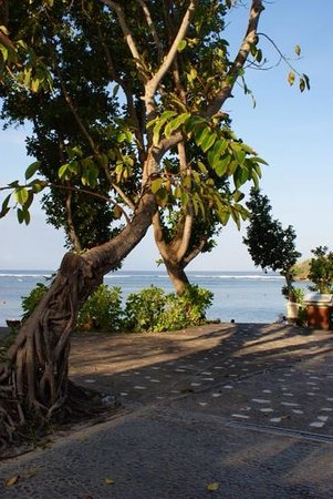 Melia Bali Indonesia: beautiful beach, but beach was very shallow and a bit disappointing