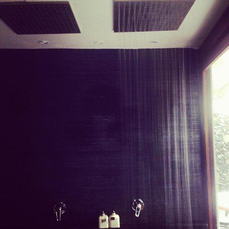 Villa Samadhi: Twin rainfall showers in room 17