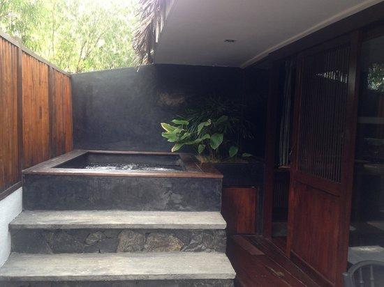 Villa Samadhi: Balcony Jacuzzi - room 17