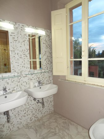 Villa Fontelunga: Double vanity in ensuite and beautiful view from the window!