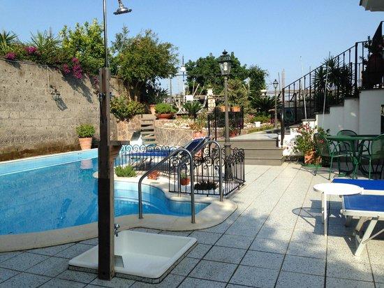 Villa Adriana Guesthouse Sorrento: View of pool & garden.