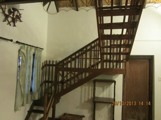 Hotel Ambadi : Wooden staircase leading to the bedroom
