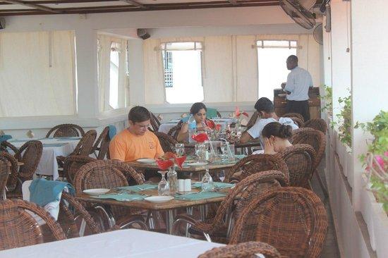 Terrace Restaurant at Maru Maru: столики