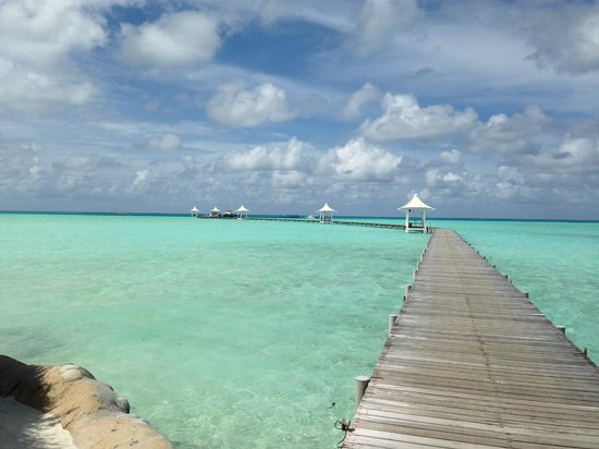 Cinnamon Hakuraa Huraa Maldives: road to jetty and dive center