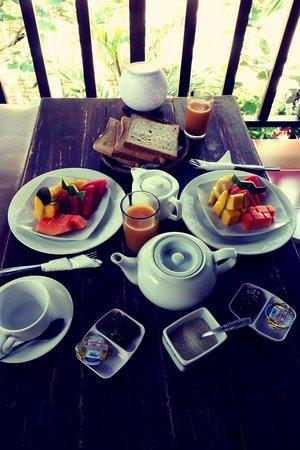 Tropical Bali Hotel : PETIT DEJEUNER SUR LA TERRASSE